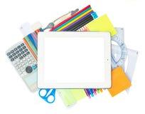 Таблетка с школьными принадлежностями стоковые фотографии rf