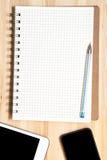 Таблетка, телефон, ручка и бумага цифров Стоковое Изображение RF