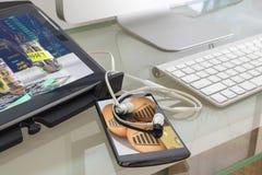 Таблетка цифров и умный телефон с изображением концепции на своем scree Стоковые Изображения