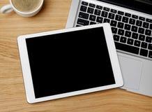 Таблетка цифров на столе Стоковые Изображения RF