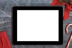 Таблетка цифров с белыми пустыми пустыми экраном и украшением рождества Стоковое Фото