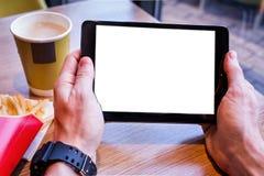 Таблетка цифров с пустым экраном в кафе кофейни Плата цифров Стоковая Фотография