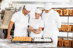 Таблетка цифров хлебопека используя пока подготавливающ Стоковое Фото