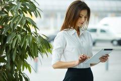 таблетка экрана икон компьютера установленная Бизнес-леди используя цифровой компьютер таблетки Стоковые Изображения