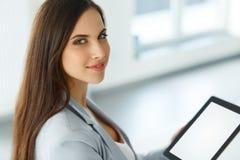таблетка экрана икон компьютера установленная Бизнес-леди с цифровым планшетом Стоковые Изображения