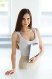 таблетка экрана икон компьютера установленная Бизнес-леди с цифровым планшетом Стоковая Фотография