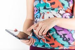 таблетка экрана икон компьютера установленная Женщина используя цифровой ПК планшета Стоковые Фото