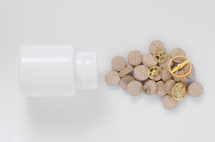 Таблетки Брайна на белой предпосылке с шестернями стоковое изображение rf