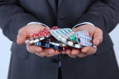 Таблетки в руках Стоковые Фотографии RF