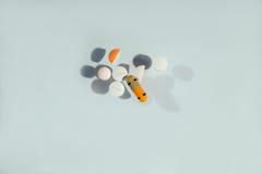 Таблетки и пилюльки на таблице Стоковые Фотографии RF