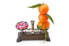 Таблетки и плодоовощи на масштабах Стоковые Изображения