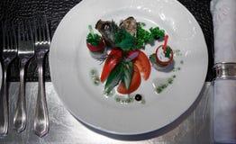 Таблица банкета красоты с плитами сервировки установленными с едой Стоковое фото RF