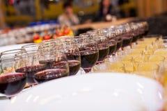 Таблица банкета ресторанного обслуживании, ресторанное обслуживаниа, шведский стол, canapés, stemware, gl стоковая фотография