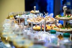 Таблица банкета для банкета в ресторане таблица шведского стола, канапе, сандвичи, закуски, отрезанная таблица праздника, Стоковые Изображения RF