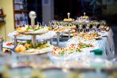 Таблица банкета для банкета в ресторане таблица шведского стола, канапе, сандвичи, закуски, отрезанная таблица праздника, Стоковые Фото