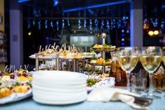 Таблица банкета для банкета в ресторане таблица шведского стола, канапе, сандвичи, закуски, отрезанная таблица праздника, Стоковая Фотография