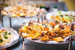 Таблица банкета для банкета в ресторане таблица шведского стола, канапе, сандвичи, закуски, отрезанная таблица праздника, Стоковое Изображение