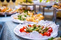 Таблица банкета для банкета в ресторане таблица шведского стола, канапе, сандвичи, закуски, отрезанная таблица праздника, Стоковая Фотография RF