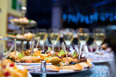 Таблица банкета для банкета в ресторане таблица шведского стола, канапе, сандвичи, закуски, отрезанная таблица праздника, Стоковое фото RF