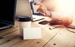 Таблица белого пустого модель-макета визитной карточки деревянная принимает отсутствующую кофейную чашку Запачканный офис тетради стоковое изображение
