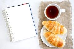 Таблица белой книги кофе чашки круассана Стоковые Изображения