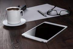 Таблица бизнесмена с компьютером таблетки и Стоковая Фотография RF