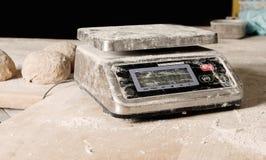 Таблица веса цифров взбрызнутая с мукой, цифровой масштаб взбрызнула муку на деревянном столе в хлебопекарне Концепция выпечки и Стоковая Фотография