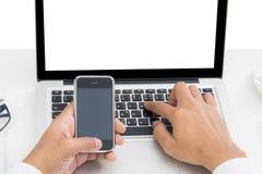 Таблица взгляда высокого угла рук используя мобильный телефон Стоковое фото RF