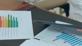 Таблица в офисе с бумагами, отчеты, видеоматериал