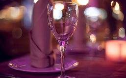 таблица в ресторане на bokeh предпосылки Стоковое Изображение
