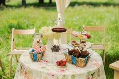 Таблица десерта для партии Торт, пирожные, сладость и цветки Ombre Стоковое Изображение