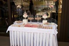Таблица десерта для свадебного банкета Стоковое Фото