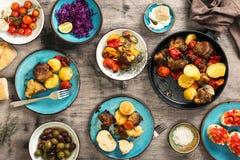 Таблица еды, зажаренное мясо с овощами, салат и закуски Стоковая Фотография