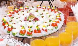 таблица еды украшения доставки с обслуживанием установленная Стоковое фото RF
