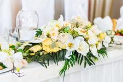 Таблица еды украшенная с цветками Стоковая Фотография