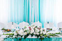 Таблица еды украшенная с цветками Стоковое фото RF