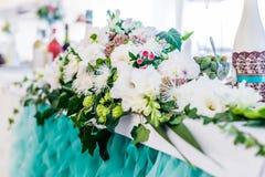 Таблица еды украшенная с цветками Стоковое Изображение RF