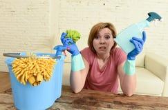 Таблица живущей комнаты женщины очищая с тканью и брызг разливают утомленное по бутылкам в стрессе Стоковое фото RF