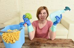 Таблица живущей комнаты женщины очищая с тканью и брызг разливают утомленное по бутылкам в стрессе Стоковые Изображения RF