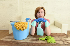 Таблица живущей комнаты женщины очищая с тканью и брызг разливают утомленное по бутылкам в стрессе Стоковая Фотография RF