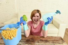Таблица живущей комнаты женщины очищая с тканью и брызг разливают утомленное по бутылкам в стрессе Стоковые Фотографии RF
