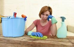 Таблица живущей комнаты женщины очищая с тканью и брызг разливают утомленное по бутылкам в стрессе Стоковая Фотография