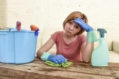 Таблица живущей комнаты женщины очищая с тканью и брызг разливают утомленное по бутылкам в стрессе Стоковые Фото