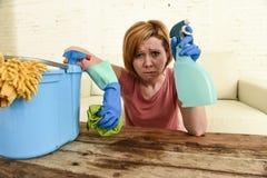 Таблица живущей комнаты женщины очищая с тканью и брызг разливают утомленное по бутылкам в стрессе Стоковые Изображения