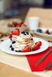 Таблица завтрака, сладостные блинчики с ягодами лета Стоковое Изображение