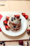 Таблица завтрака, сладостные блинчики с ягодами лета Стоковое фото RF