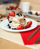 Таблица завтрака, сладостные блинчики с ягодами лета Стоковая Фотография RF