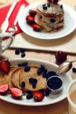 Таблица завтрака, сладостные блинчики с ягодами лета Стоковое Фото
