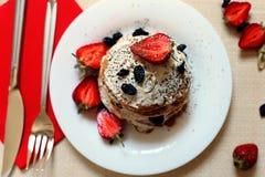Таблица завтрака, сладостные блинчики с ягодами лета Стоковые Фотографии RF