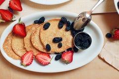 Таблица завтрака, сладостные блинчики с ягодами лета Стоковая Фотография